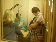 Interjú készül Kiss Borbálával, Malacsek Zsófiával és Laszlóczki Imrével a Vatikáni Rádió stúdiójában.